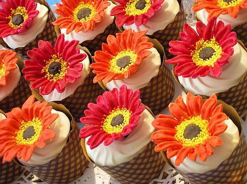 life-sized-gerbera-decorated-cupcake